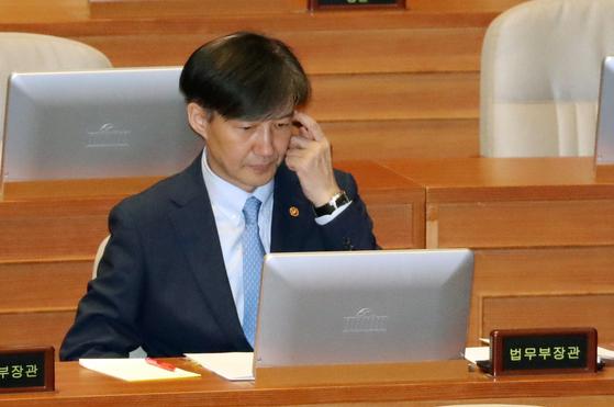 조국 법무부 장관이 26일 오후 국회 본회의장에서 생각에 잠겨 있다. [연합뉴스]