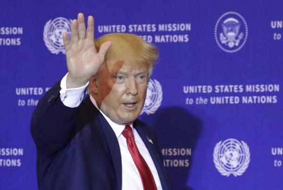 도널드 트럼프 미국 대통령이 25일(현지시간) 미국 뉴욕 유엔본부에서 기자회견을 마치고 떠나고 있다. [EPA=연합뉴스]