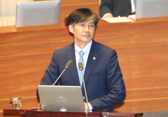 조국 법무부 장관이 26일 오후 국회 본회의에 출석, 자유한국당 주광덕 의원의 질의를 경청하고 있다. [연합뉴스]