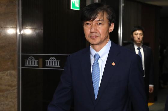 조국 법무부 장관이 26일 오후 서울 여의도 국회에서 본회의가 정회되자 본회의장을 나서고 있다. [뉴스1]
