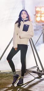 네파 모델 배우 전지현이 '데이브 보아 플리스'를 입고 포즈를 취했다. 따뜻하고 쾌적한 착용감을 주는 플리스 재킷이다. [사진 네파]
