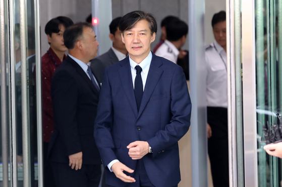 조국 법무부 장관이 25일 오후 충남 천안시 대전지검 천안지청을 나오고 있다. [연합뉴스]