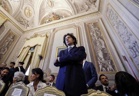이탈리아 급진당 소속 정치인 마르코 카파토(가운데)가 24일 로마에 위치한 헌법재판소에서 자신의 조력자살 사건에 대한 심리를 듣기 위해 방청석에 서 있다. [EPA=연합뉴스]