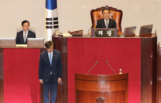 조국 법무부 장관이 26일 오후 국회 본회의에 출석, 신임 국무위원 인사를 하고 있다. [연합뉴스]