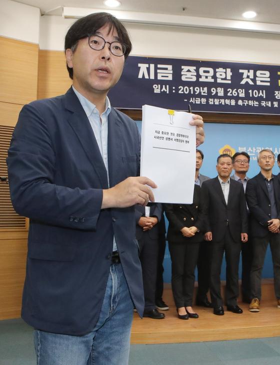 26일 오전 부산시의회 브리핑 룸에서 원동욱 동아대 교수가 서명교수 명단을 공개하고 있다. 송봉근 기자