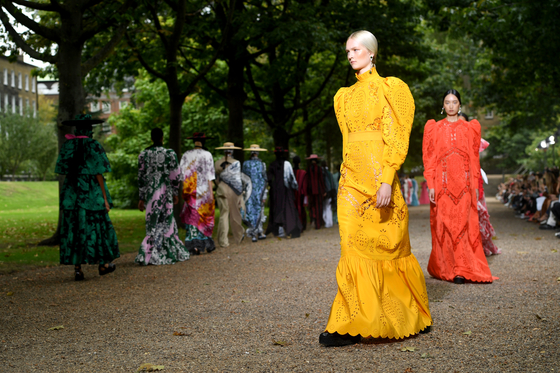 브렉시트가 런던 패션 업계에 미치는 부정적인 영향에 대한 우려에도 불구하고, 런던의 디자이너들은 2020년 봄여름 시즌을 어느때보다도 아름답고 낭만적으로 그려냈다. [사진 Stuart Wilson/BFC]