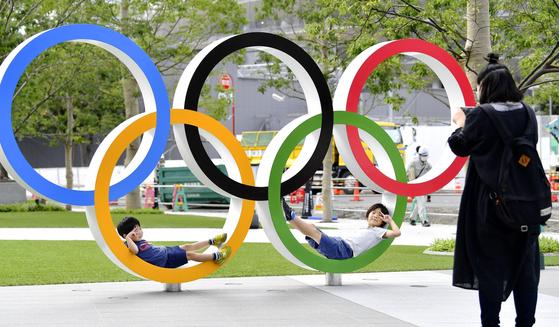 2020년 7월 열리는 도쿄올림픽을 앞두고 일본 정부의 외국인 관광객 유치 목표가 흔들리고 있다. 지난 7월 22일 도쿄 신주쿠 신국립경기장 인근에 설치된 오륜 조형물에서 한 가족이 기념촬영을 하고 있다. [연합뉴스]
