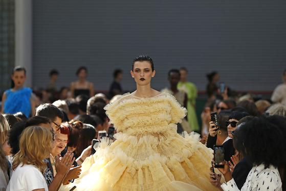 여러 겹의 프릴, 볼륨감있게 부풀어 오른 드레스로 사랑스러운 룩을 선보인 몰리 고다드의 2020 봄여름 컬렉션. [사진 John Phillips/BFC]