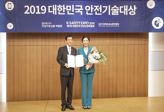 진영 행정안전부 장관(왼쪽)과 수상 중인 유세아 대표이사.