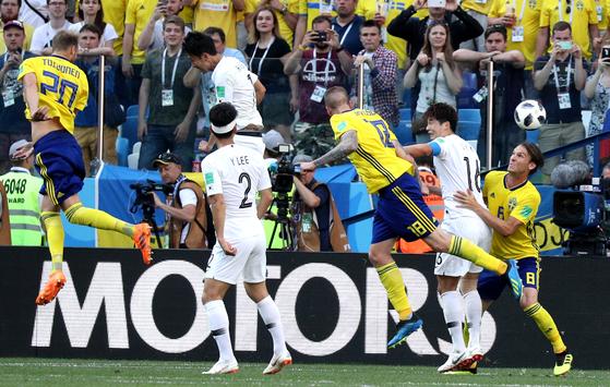 2018 러시아 월드컵 F조 예선 한국과 스웨덴의 경기가 18일 니즈니 노브고로드 스타디움에서 열렸다. 선수들이 몸싸움을 하고 있다. [중앙포토]