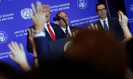 도널드 트럼프 미국 대통령이 25일(현지시간) 미국 뉴욕에서 가진 기자회견에서 기자들의 질문에 답변하고 있다. [로이터=연합뉴스]