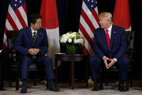 25일(현지시간) 미국 뉴욕에서 만난 도널드 트럼프 대통령과 아베 신조 일본 총리. [AP=연합뉴스]