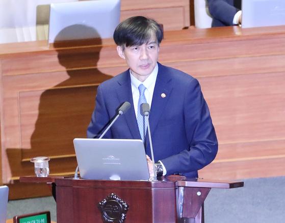 조국 법무부 장관이 26일 오후 국회 본회의에 출석해 의원 질의에 답하고 있다. [연합뉴스]
