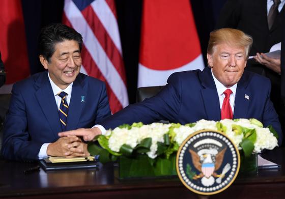 25일(현지시간)뉴욕에서 정상회담을 하고 있는 도널드 트럼프 미국 대통령과 아베 신조 일본 총리. [AFP=연합뉴스]