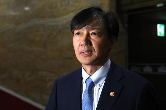 조국 법무부 장관이 26일 오후 서울 여의도 국회에서 열린 제371회 국회(정기회) 제2차 본회의가 정회되자 본회의장을 나서고 있다. [뉴스1]