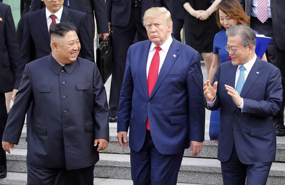 문재인 대통령(오른쪽)과 김정은 북한 국무위원장, 도널드 트럼프 미국 대통령이 30일 경기도 파주시 판문점 공동경비구역(JSA) 자유의집에서 회담을 마친 뒤 이야기를 나누며 복귀하고 있다. [청와대사진기자단]