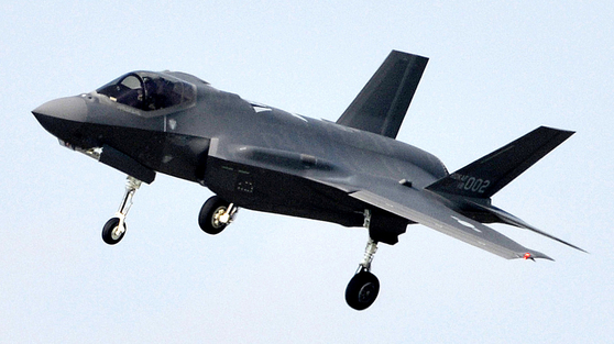 최신예 F-35A 스텔스 전투기가 24일 오후 청주 공군기지에 착륙하고 있다. 다음달 1일 대구 공군기지에서 열릴 국군의날 행사때 일반에 첫 공개될 예정이다. 프리랜서 김성태