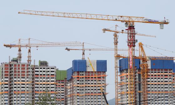 신축 공동주택의 절반 이상이 기준치를 초과하는 라돈으로 실내공기가 오염된 것으로 조사됐다. [연합뉴스]