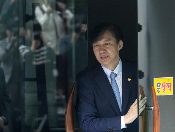 조국 법무부 장관이 26일 오전 서울 서초구 자택을 나서고 있다. [연합뉴스]