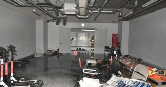 26일 오후 3시22분께 서울 금천구의 한 건물에서 충전 중인 전동킥보드의 배터리가 폭발해 화재가 발생했다. [사진 서울 구로소방서 제공]