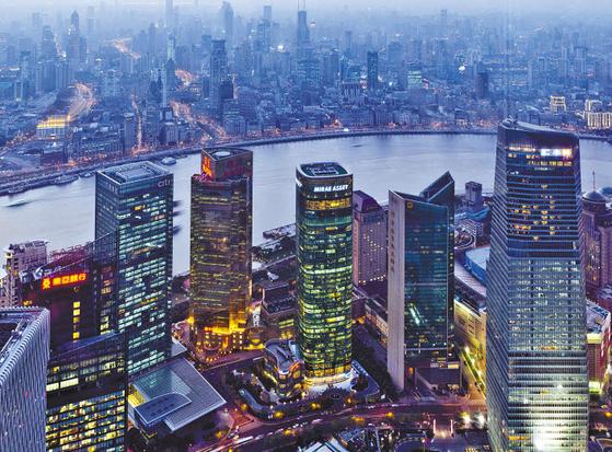 미래에셋은 2004년 국내 최초 PEF와 부동산 펀드를 선보인 이후 선제적으로 대체투자 분야에 투자해오고 있다. 사진은 2006년 인수한 중국 상해 미래에셋타워 전경. [사진 미래에셋자산운용]