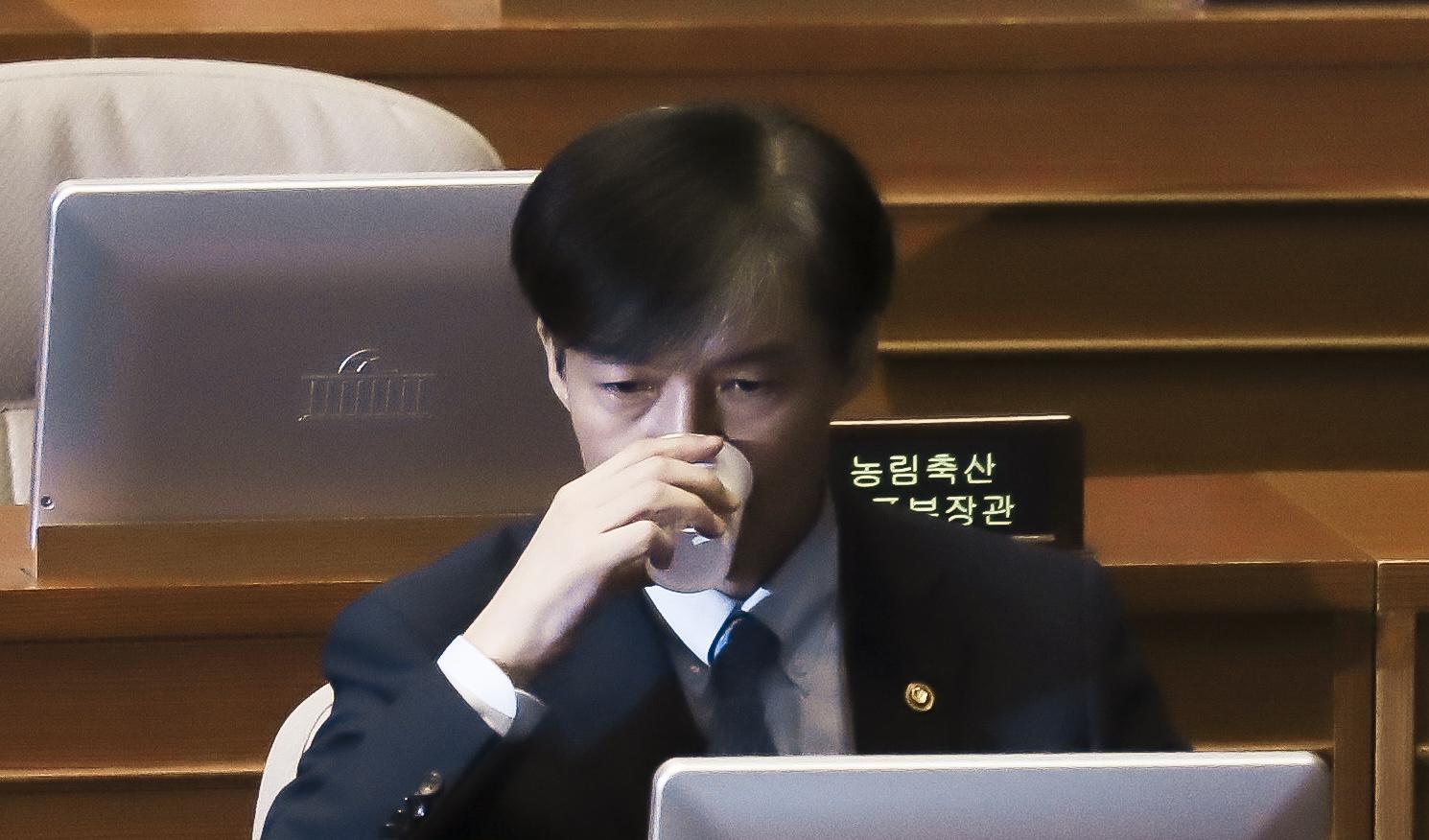 조국 법무부 장관이 26일 국회 본회의 정치 분야 대정부질문에 참석해 물을 마시고 있다. 김경록 기자