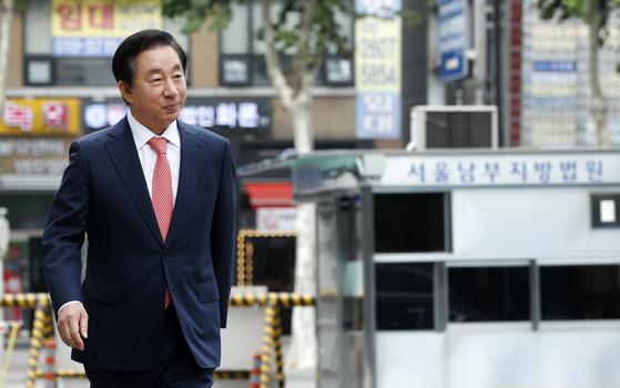 KT에 딸의 채용을 청탁했다는 의혹을 받는 김성태 자유한국당 의원이 27일 오후 서울 양천구 남부지방법원에서 열린 뇌물수수·뇌물공여 혐의 첫 공판에 출석하고 있다. [뉴스1]
