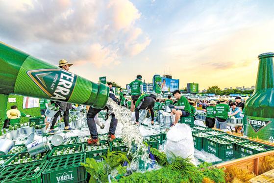 하이트진로는 지난달 '제5회 전주가맥축제'를 열고 소비자가 청정라거-테라를 체험하고 즐길 수 있는 다양한 프로모션을 진행했다. [사진 하이트진로]