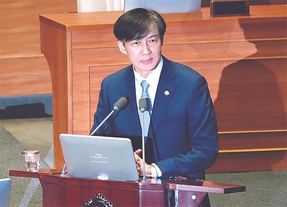 조국 법무부 장관이 26일 국회 본회의에 출석해 의원들의 질의에 답변하고 있다. 김경록 기자
