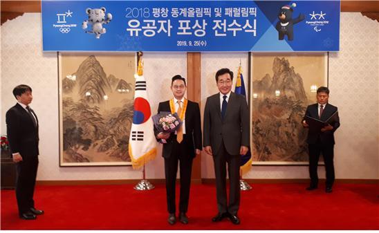 배동현 창성그룹 부회장(왼쪽)과 이낙연 총리의 기념촬영.
