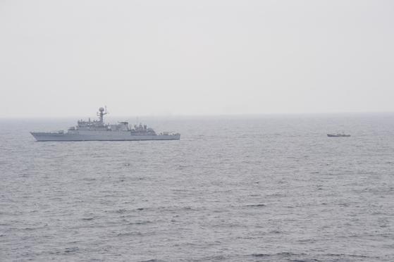 지난 6월 11일 속초 동북방 161km 지점(NLL 이남 약 5km 지점)에서 표류중인 북한 어선 1척을 우리 해군 함정이 발견해 예인하고 있다. 합참은 이들이 북측으로 귀환 의사를 밝혔고 , 북측에서 통신망으로 해당 선박을 구조해 예인해 줄 것을 요청해 이들을 북측으로 돌려보냈다고 밝혔다. [사진 합동참모본부]