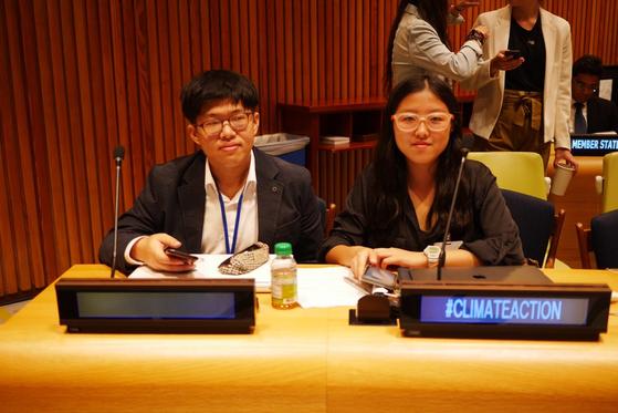 지난 21일 미국 뉴욕에서 열린 청년기후행동회의에 참석한 김유진(17)학생과 정주원(25)씨(왼쪽부터). [사진 청소년 기후행동 김유진씨]