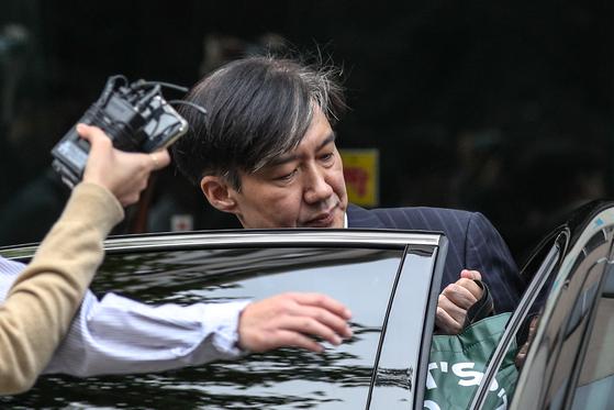 조국 법무부 장관이 27일 오전 서울 서초구 방배동 자택을 나서고 있다. [뉴스1]