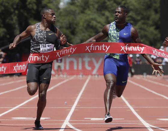 콜먼(왼쪽)이 7월 다이아몬드 리그 프리폰테인 클래식 남자 100m 결승에서 개틀린을 제치고 결승선을 통과하고 있다. 둘은 볼트가 없는 이번 세계선수권의 강력한 우승 후보다. [AP=연합뉴스]