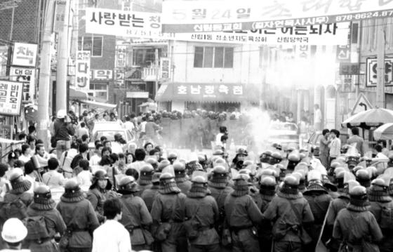 1987년 4월, 서울대학교 학생들이 전두환 정권 퇴진을 외치며 경찰과 대치하고 있다. [중앙포토]