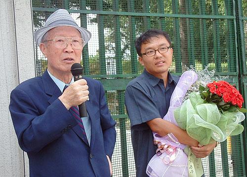 민경우(오른쪽)씨가 2005년 8월 전주교도소에 출소하던 당시 모습. 왼쪽은 고 이종린 전 범민련 남측본부 명예의장. 민경우씨 제공