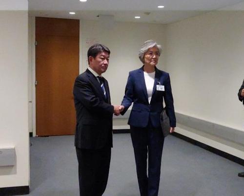 모테기 도시미쓰(茂木敏充) 일본 신임 외무상(왼쪽)과 강경화 외교부 장관. [연합뉴스]