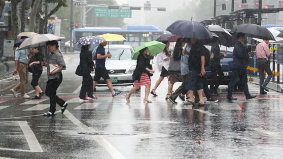 중부 지방을 중심으로 가을비가 내리는 지난 10일 서울 종로구 종각 인근에서 우산을 쓴 시민들이 이동하고 있다. [뉴스1]