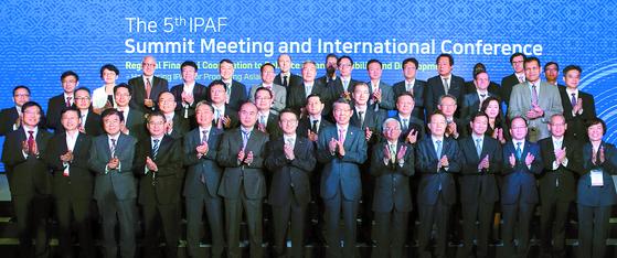 26일 서울 영등포구 콘래드호텔에서 열린 제5차 국제공공자산관리기구포럼(IPAF)에서 주요 참석자들이 기념촬영을 하고 있다. 앞줄 왼쪽 일곱 번째부터 문창용 한국자산관리공사 사장, 은성수 금융위원장, 디와카르 굽타 아시아개발은행 부총재. 임현동 기자