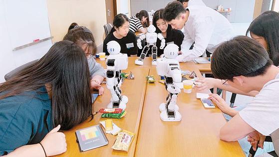 한국거래소 국민행복재단은 올해 상반기까지 785명을 선발해 약 32억원의 장학금을 지급하는 등 지역사회 청소년이 미래 인재로 성장할 수 있도록 지속해서 돕고 있다. [사진 한국거래소]