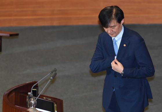 조국 법무부 장관이 26일 오후 국회 본회의장에서 정치분야 대정부 질문에서 발언대로 향하고 있다. 김경록 기자