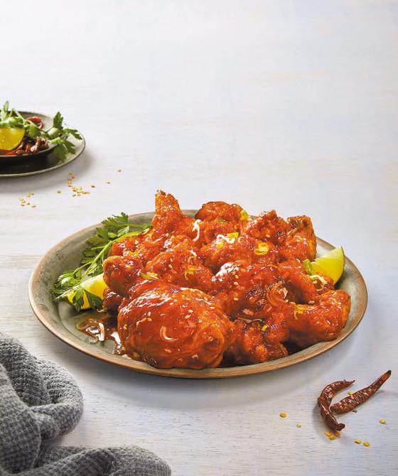 '극한매운왕갈비치킨'은 촉촉한 치킨에 매콤한 갈비 소스가 어우러져 남녀노소 모두의 입맛을 사로잡는 메뉴로 떠올랐다. [사진 BBQ]
