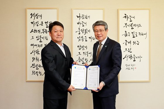 삼육대 김성익 총장(오른쪽), 산동성건직업전문대 펑 뤠이 부총장.