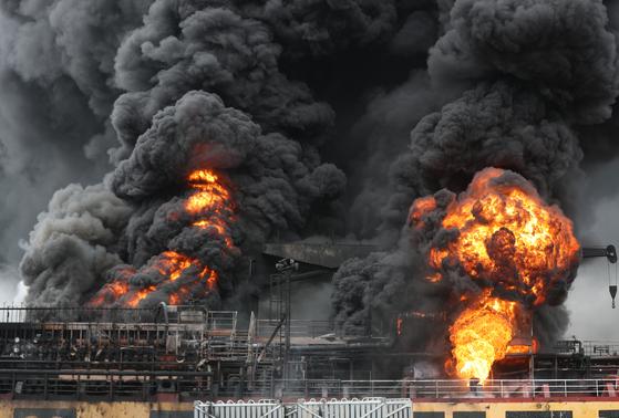 28일 오전 울산시 동구 예전부두에 정박한 선박에서 폭발로 인한 화재가 발생해 불길이 치솟고 있다. [연합뉴스]