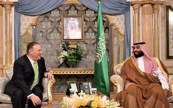 마이크 폼페이오(왼쪽) 미국 국무장관이 사우디아라비아의 핵심 석유시설 드론 피격과 관련, 9월 18일(현지시간) 사우디 제다를 긴급 방문해 무함마드 빈 살만 사우디 왕세자를 만나고 있다. / 사진:연합뉴스
