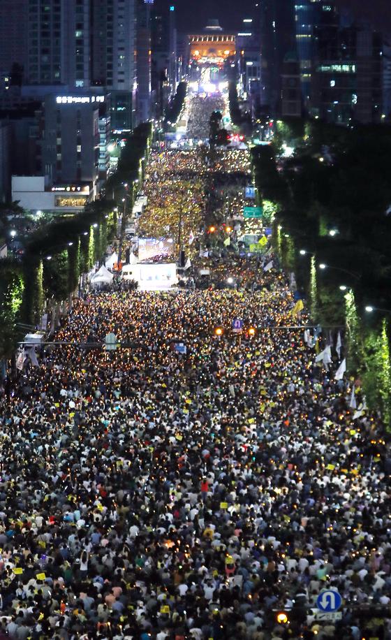 28일 오후 서울 서초구 대검찰청 앞에서 열린 검찰개혁·사법적폐 청산 집회현장. [뉴스1]