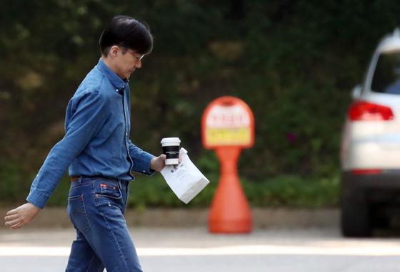 조국 법무부 장관이 29일 외출 뒤 서울 서초구 방배동 자택으로 들어가고 있다. [연합뉴스]