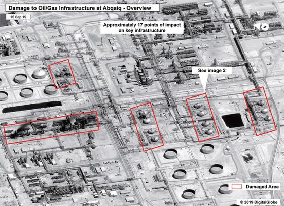 민간 위성 업체 디지털글로브가 사우디아라비아 석유 탈황·정제 시설인 아브카이크 단지가 예멘 반군의 드론 공격을 받아 피해를 본 모습을 9월 15일 공개했다. / 사진:디지털글로브