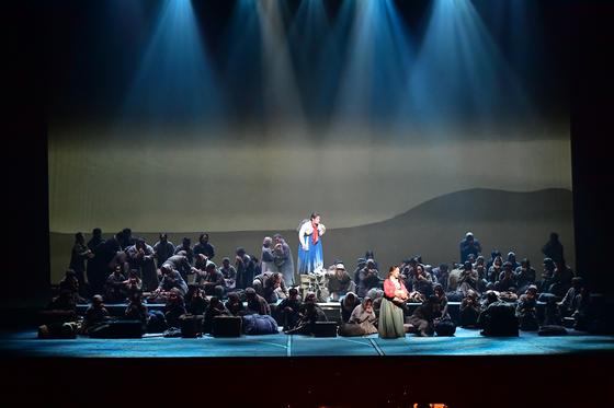 오페라 '1945'의 분이는 위안소에서 함께 나온 일본인 미즈코를 돕고 돌본다. [사진 국립오페라단]