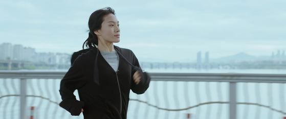 영화 '아워 바디' 한 장면. 배우 최희서(사진)가 8년을 준비한 공무원시험을 포기하고 달리기를 시작한 서른한 살 자영 역을 맡았다. [사진 영화사 진진]